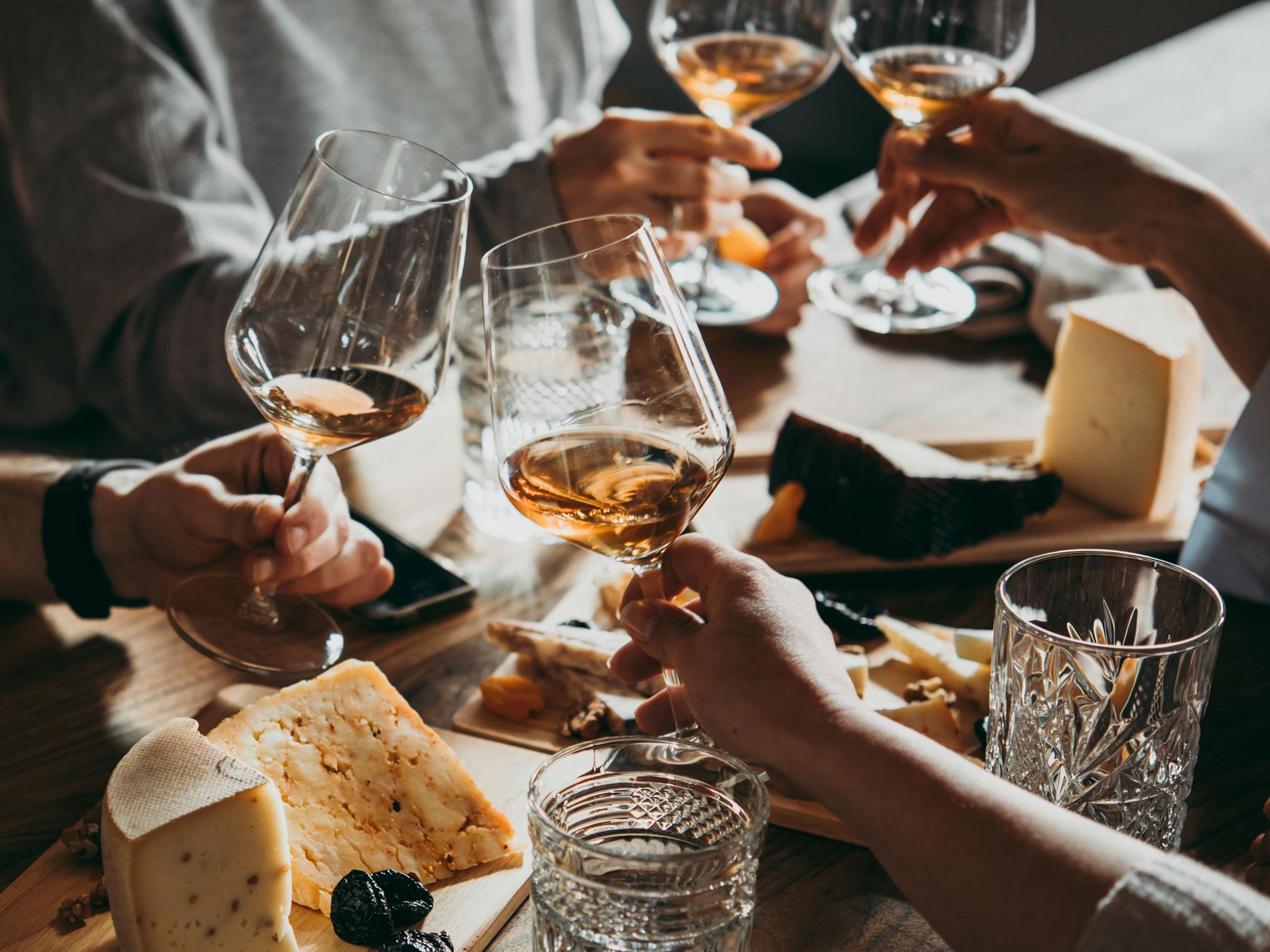 Wein mit Freunden trinken